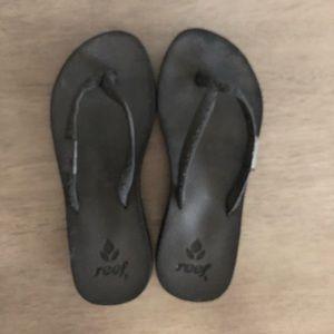 Reef black flip flops. EUC.